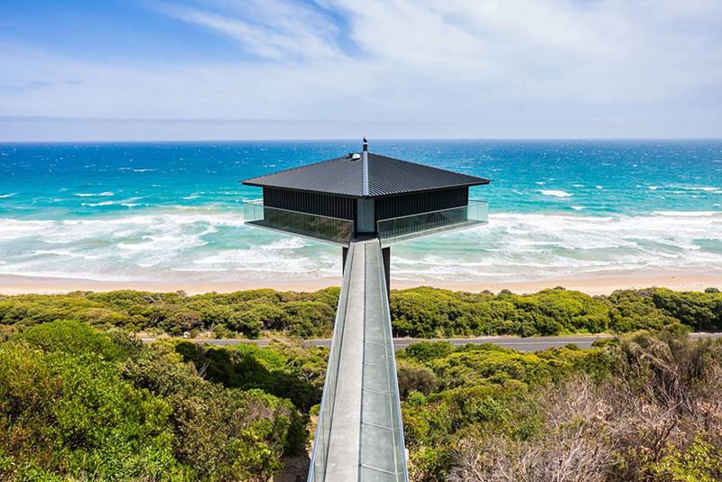 носеща се над морето луксозна къща