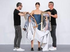 Картини са превърнати в дрехи по време на модно шоу